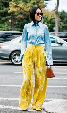 The street style that's inspiring us from Paris Fashion Week Spring/Summer Pictures by Sandra Semburg. Fashion Week Paris, Style Cool, My Style, Cooler Stil, Trouser Outfits, Look Casual, Yellow Pants, Neue Outfits, Velvet Pants
