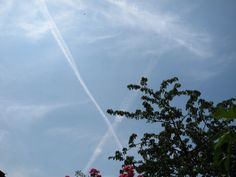 chemtrail London July 2013 Cloud Seeding, How To Make Clouds, Solar, Earth, London, World, Places, Outdoor, The World