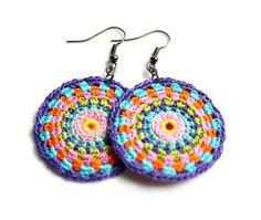 Mandala-Stil-Ohrringe von hand gehäkelt. Spaß und bunte! Erstellt mit Baumwollfaden in vielen Farben. Ohrringe Messen 1 1/2 Zoll im Durchmesser. Länge messen 2 1/4 Zoll. Messen Sie die Länge vom Punkt der Ohr-Draht Ihre Ohrläppchen nach unten kommt der Ohrring. Ohr Leitungen... Rotguss. Erstellen Sie mit größter Liebe zum Detail