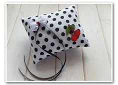 Rockabilly Ringkissen, gefertigt aus feinem Baumwollstoff, Punkte Muster und Deko Kirschen, z.B. für eine Rockabilly Hochzeit im Retro Kirschen Deko Look - ein handmade Designerstück von Loveli-Hochzeitsplanung / Onlineshop - www.love-li.de
