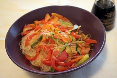 Spaghetti di soia alle verdure ricetta: http://www.menomalesongolosa.com/2012/08/spaghetti-di-soia-alle-verdure.html