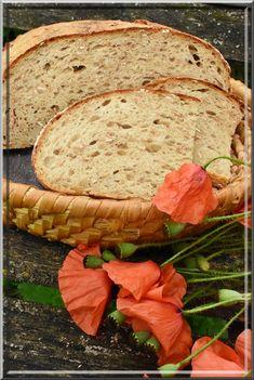 Maličko větší, vzdušný chleba, je zadělaný ze surovin, které může mít každý doma po ruce. Celozrnné vločky a otruby jsou viditelné ve střídě, podmáslí a strouhaná brambora prodlužují trvanlivost (vláčnost) tohoto voňavého chleba. ♥ SUROVINY: Rozkvas: 40 g žitného kvasu 200 g vody 100 g žitné chlebové mouky 100 g pšeničné mouky celozrnné jemné Dále:… Bread And Pastries, Sourdough Bread, Bread Recipes, Food, Hana, Yeast Bread, Essen, Bakery Recipes, Eten