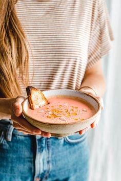 Cremig, extrem aromatisch, leicht scharf und pink ist sie auch noch. Wir haben viel Schlürf-Liebe für unsere pinke Radieschen-Gazpacho mit Mandeln!