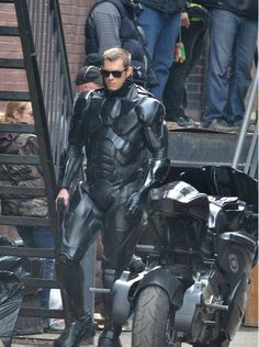 RoboCop star Joel Kinnaman reveals his bionic behind. and he even has an assistant on hand to keep it shiny Suit Of Armor, Body Armor, Soldado Universal, Tactical Armor, Joel Kinnaman, Futuristic Armour, Tactical Clothing, Armor Concept, Super Hero Costumes