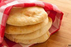 Ingrediënten voor 6 broodjes: - 230 g tarwebloem - 4,6 g zout (1 tl) - 6 g gedroogde gist - 2 tl extra vergine olijfolie (= 10 ml) - 1,4 dl lauwwarm water Bereiden: 1. Zeef de bloem en het zout boven