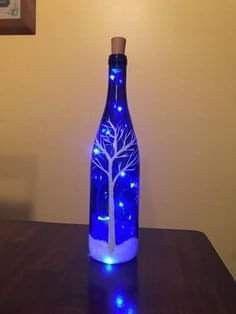 Handpainted Lighted Blue Wine Bottle with Birch trees and cardinals - Weihnachtsdeko - Wein Recycled Wine Bottles, Wine Bottle Art, Glass Bottle Crafts, Lighted Wine Bottles, Diy Bottle, Bottle Lights, Bottle Lamps, Wine Bottle Trees, Blue Bottle