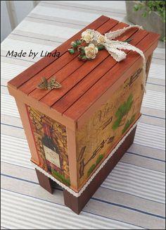 Gömma för vinbox, Bag-in-box. Denna är skapad av Biltemas trästickor samt målad och pyntad med lite decopage och band.