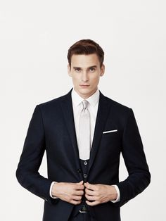 Navy blue 3-piece suit in jacquard effect 160s wool.Single-breasted 2-button jacket with peak lapels.4-button waistcoat.Mother-of-pearl buttons.Trousers without pleats, 18 cm base.
