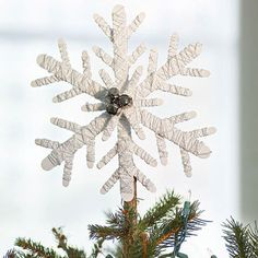 Learn how to make a dazzling Snowflake Tree Topper. Festive Crafts, Easy Christmas Crafts, Simple Christmas, White Christmas, Christmas Ideas, Christmas Stuff, Christmas 2019, Beautiful Christmas, Holiday Fun