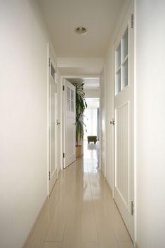 【#ミサワホームイングデザインリフォーム 】 中古マンションのリノベーション。床、壁、天井のベースカラーはすべてホワイトでコーディネート。 各部屋を仕切る扉は既製品ではなく、アンティークガラスを嵌め込んでオリジナルで造作しました。真っ白な廊下が奥のリビングダイニングへと誘います。 まるごとリフォームでお気に入りのわが家になりました *・ .・* *・. . .・* *・.・* * #リノベーション #リフォーム #住まい #インテリア #インテリアデザイン #インテリアコーディネート #ホワイトインテリア #マンション #マンションインテリア #マンションリフォーム #マンションリノベーション #玄関 #玄関インテリア #玄関リフォーム #廊下 #アンティークガラス #ドア #ミサワホームイング #intelimia