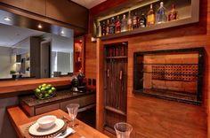 Armário para espetos e nichos para garrafas e suvenires mantêm a organização na cozinha social Omar Freitas/Agencia RBS
