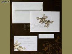 Partecipazioni di nozze bianche con rose dorate in rilievo: guarda tutti i modelli e scegli in base al tuo stile! >> http://www.lemienozze.it/operatori-matrimonio/partecipazioni_e_tableau/grafosystem-enna/media/foto/7