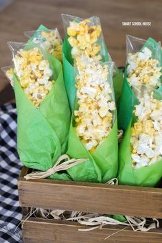 Girl Scout Thanksgiving Snack Idea - Popcorn Corn on the Cob Bags. Baggies of popcorn wrapped in green tissue paper to look like corn on the cob! Popcorn treat bags for Thanksgiving. Thanksgiving Crafts For Kids, Thanksgiving Parties, Thanksgiving Recipes, Holiday Recipes, Kids Crafts, Thanksgiving Turkey, Thanksgiving Decorations, Harvest Party Decorations, Popcorn Decorations