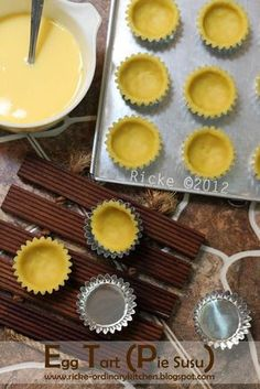 Egg tart atau di beberapa daerah biasa disebut pie susu/tar susu, di Papua disebut kue lontar adalah kue yang terbuat dengan base pastry c... Bread Recipes, Cake Recipes, Cooking Recipes, Bolu Cake, Egg Pie, Brie Bites, Egg Tart, Quiches, Appliques