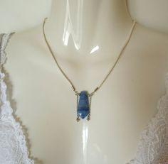 Volubilis - Pendentif calcédoine bleue montée sur un collier en cuir blanc : Pendentif par talibellule