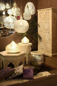 lampe-orientale-suspensions-lampes-poser-table-metal-ajoure-verre-coussins-sol