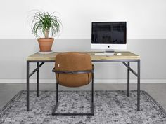 Industrieel bureau met stoer vintage style onderstel maken we gewoon voor je op maat! Bekijk alle industriële tafels en bureaus van FØRN.