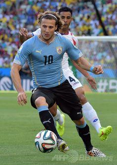 サッカーW杯ブラジル大会(2014 World Cup)グループD、ウルグアイ対コスタリカ。ボールをキープするウルグアイのディエゴ・フォルラン(Diego Forlan、2014年6月14日撮影)。(c)AFP/GABRIEL BOUYS ▼15Jun2014AFP|コスタリカ、スアレス不在のウルグアイに逆転勝ち http://www.afpbb.com/articles/-/3017719 #Diego_Forlan #Uruguay_Costa_Rica_group_D #Brazil2014
