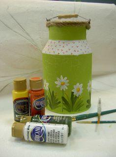 Lechera decorada con pintura acrílica.
