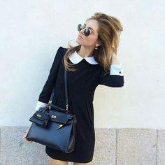 De negro.