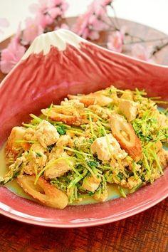 「水切り豆腐でヘルシー☆竹輪と水菜の卵とじ」味付けは麺つゆだけなので、とても簡単です。水切り豆腐にしたので、味が染み込んで美味しいです。ごま油の香りが食欲をそそります。水菜のシャキシャキが美味しいですよ♪【楽天レシピ】