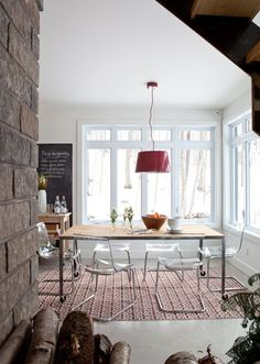 The acrylic dining chairs make these furnishings light and airy.modern country, love it! Acrylic Dining Chairs, Ikea Dining Chair, Lucite Chairs, Table Ikea, Dining Room Furniture, Banquette Dining, Wood Table, Acrylic Chair, Dining Table