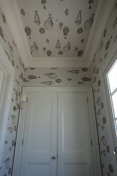 The quirky Acquario fish wallpaper by Cole & Son forms part of the Fornasetti Senza Tempo collection. This Acquario design features the unique large fish against stylish colour backdrops. Wallpaper Ceiling, Fish Wallpaper, Bathroom Wallpaper, Wallpaper Ideas, Fornasetti Wallpaper, Piero Fornasetti, Luxury Wallpaper, Designer Wallpaper, Beach Cottages