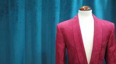 Americana bespoke confeccionada con tejido damasco rojo. Solapa smoking, chaqueta muy entallada con botón forrado. Corte triangular en la parte inferior del cruce que adelgaza la silueta.  #americana #bespoke #rojo #red #jacket #traje #suit #medida #sastrería #granada #Andalucía #españa #diseño #moda #hombre#caballero #2015 #fiesta #smoking