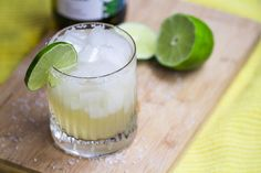 White Wine margarita - Love the idea of a margarita, but not a tequila fan? Try this yummy cocktail recipe! White Wine Margarita Recipe, Margarita Recipes, Cocktail Recipes, Wine Recipes, White Wine Cocktail, Types Of White Wine, Wine Tasting Near Me, Wine Coolers Drinks, Wine Stains