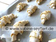 Winterliche Backidee mit Rezept für ein leckeres Frühstück oder zum Naschen: Selbst gebackene Nuss Hörnchen