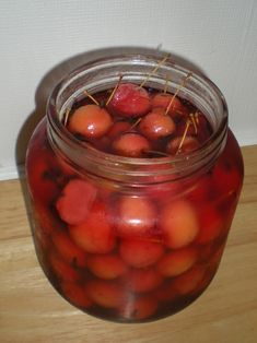 These days crabapples are generally only used as ornamental trees or occasionally for ensuring good pollination in orchards. However there are a couple culinary uses for the bunches of little fruit… Canning Recipes, Gourmet Recipes, Healthy Recipes, Jelly Recipes, Jam Recipes, Healthy Food, Recipies, Healthy Eating, Crab Apple Recipes