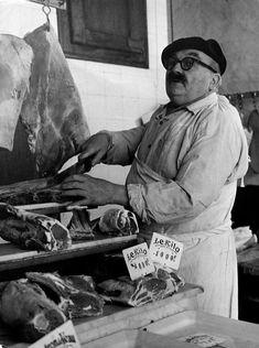 Robert Doisneau // Shops & Traders - Un boucher rue de Grenelle, Paris… Robert Doisneau, Henri Cartier Bresson, Old Paris, Vintage Paris, Paris Rue, Photo Vintage, Vintage Photos, Old Photography, Street Photography