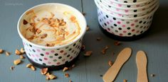40 cl de crème entière liquide + 250g de lait concentré sucré + les toppings de votre choix (ici caramel et cacahuètes non salées et grillées à la poêle)      Fouetter la crème jusqu'à obtenir une texture de chantilly bien ferme.Ajouter le lait concentré sucré, et l'incorporer à l'aide d'une spatule, maryse. Astuce : on part du centre et on remonte vers les bords, ça évitera de faire retomber sa crème fouettée. Ajouter le « topping » de votre choix ! Pour moi : caramel beurre salé et…