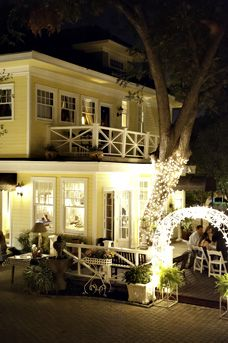Austin's Inn at Pearl Street - Bed and Breakfast. Outdoor space, must!! And the lighting. <3