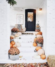 Decorate Your Front Porch for Fall / Halloween decor / Fall front porch / fall decor Halloween 2018, Fall Halloween, Halloween Entryway, Outdoor Halloween, Halloween Porch, Fall Home Decor, Autumn Home, Fall Bedroom Decor, Decor Room