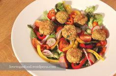 Bunter Salat mit Mini-Falafel-Bällchen