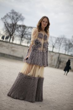 Fotos de street style en Paris Fashion Week Wear the top with grey jeSns that are tattered Snd flat boots grey blkish