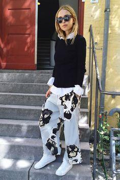 white-sneaker-street-style-printed-pants