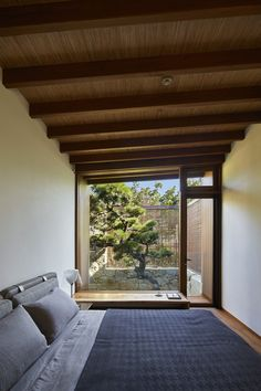 A Spiraling Garden Bounces Light Into This Modern Tokyo Home Modern Japanese Interior, Japanese Modern House, Traditional Japanese House, Japanese Interior Design, Modern Zen House, Japanese Homes, Modern Japanese Architecture, Japanese Design, Korean Bedroom