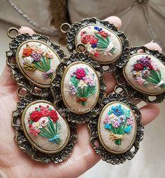 Ellerimde çiçekler ♩.. . . #sihirli_kasnak #handmade #handmadejewelry #embroidery #crosstitch #aksesuar #handmadewithlove #DMC #ModernMaker #mutluluksebebi #embroideryart #bm_embroidery #bm_embrodiery #like4like #clik_vision #crosstitchlove #bugününfavorisi #vscocamphotos #modernmaker #hobisanat #love #lovely #flowers #hayatburada