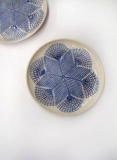 Keramik Schale Teller in blau und weiß by Tanja Shpal  Geschenk Wohndeko für Tisch oder Wand Haus Dekor von KunstLABor auf Etsy