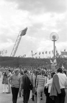 Die Olympischen Spiele in München, 1972 Aldiami/Timeline Images #blackwhite #bw #schwarzweiß #sw #Fotografie #photography #blackandwhitephotography #photo #image #Bild #Foto #Kamera #camera #historisch #historical #traditional #traditionell #retro #nostalgic #vintage #Olympiapark #Olympiastadion #70er #70s #München #Munich #OlympischeSpiele #Olympics #Park #Architektur #Bayern #Oberwiesenfeld #Olympia #Olympiade #Olympiagelände #Sehenswürdigkeit #Sommerolympiade #Zeltdach #bayerisch Eid Al Fitr, Fest Des Fastenbrechens, Parks, Olympic Games, Old Pictures, Photographers, Parkas