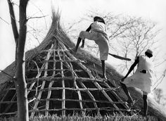 Ethiopian refugees build their shelter in a refugee camp in Sudan.  UNHCR /  J. Mohr / 1972