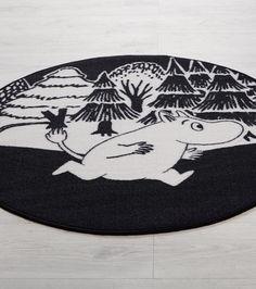 Muumi-matto, musta-valkoinen 29,90€, käy myös se neliskanttinen mustavalkoinen matto (ei värillisiä)