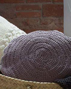 Tu recámara debe ser un lugar cómodo en el que te gusta estar. Los textiles tienen que ser confortables, suaves y cálidos para que te sientas bien. Elige por ejemplo textiles tejidos de pura lana para decorar tu cama o algún sillón en tu recámara. Los tonos neutros de la línea de Kiche tienen la ventaja de combinar bien con todo estilos de decoración; de lo ecléctico a lo industrial.