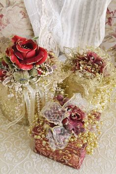 Beautiful Christmas packages topped with roses and sumptuous trim - would make any gift special! ************************************************   Jennelise - #Christmas #gift #present #wrapping - tå√