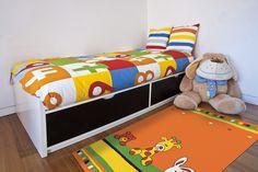 Datorită modelului drăgălaş, culorilor vesele şi suprafeţei moi cu fire răsucite pe care nu se văd scamele mărunte, este un covor ideal pentru camera copilului.