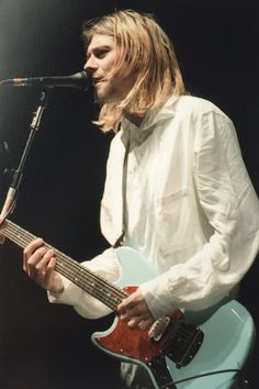 Kurt Cobain on stage ~Nirvana Nirvana Kurt Cobain, Kurt Cobain Photos, Frances Bean Cobain, Seattle, Kurt And Courtney, Grunge, Donald Cobain, Foo Fighters, Attractive Men