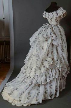 Afternoon dress, ca. in cream organdy printed in black with climbing garlands of loquats. Back View. 1870s Fashion, Edwardian Fashion, Vintage Fashion, Gothic Fashion, Old Dresses, Pretty Dresses, 1950s Dresses, Vintage Gowns, Vintage Outfits