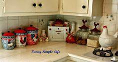 Sunny Simple Life - chicken decor, vintage kitchen, retro kitchen, red and white decor Chicken Kitchen Decor, Rooster Kitchen Decor, Red Kitchen Decor, Rooster Decor, Kitchen Themes, Vintage Kitchen Decor, Vintage Dishes, Kitchen Retro, Decorating Kitchen